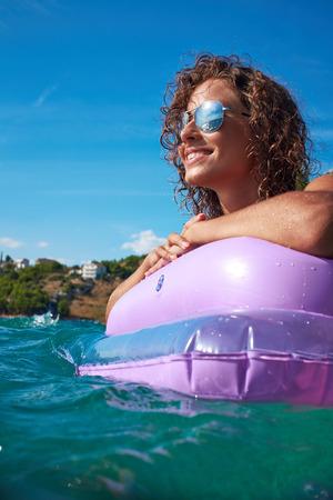 Mädchen auf einer Matratze in der Adria schwimm Lizenzfreie Bilder - 37234424