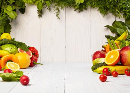 l�gumes verts: Fruits et l�gumes borde fruits et l�gumes fronti�res sur la table de bois