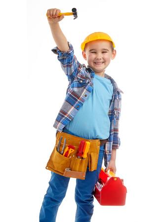 niños vistiendose: Niño pequeño juega el trabajador de la construcción. Aislados en blanco