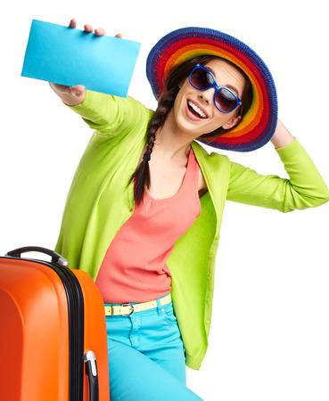 mujer con maleta: Retrato de mujer turista con maleta de viaje y azul tarjeta de embarque, aislado en blanco Foto de archivo
