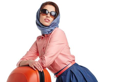 mujer elegante: Mujer elegante con una maleta de viaje