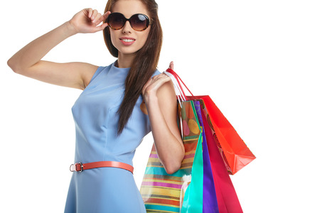 mujeres elegantes: mujer encantadora con bolsas de compra sobre blanco