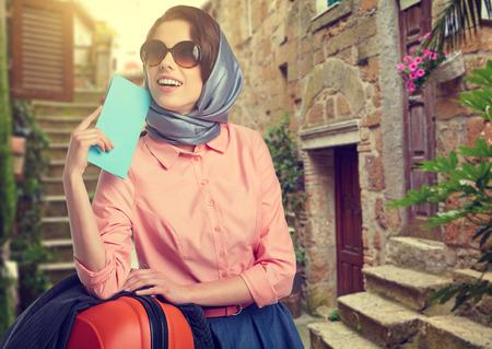 femme valise: Femme élégante avec un Voyage de valise et billet sur la rue de la ville italienne Banque d'images
