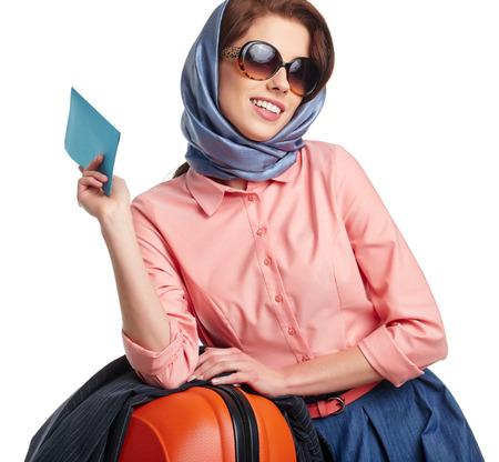 mujer con maleta: Mujer elegante con una maleta de viaje