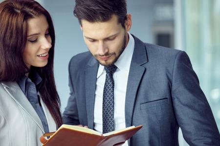 Geschäftsleute, die mit Treffen geplant