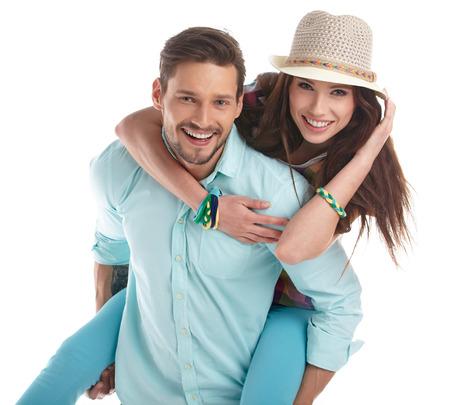 Portrét šťastnému páru na bílém pozadí.