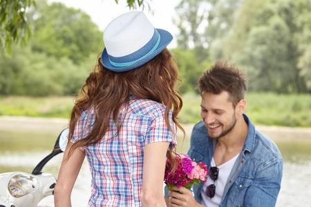 hombre romantico: Retrato de hombre rom�ntico dar flores a la mujer Foto de archivo