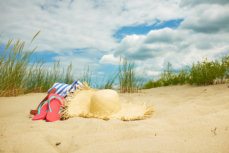 chapeau de paille: Scène de plage, accessoires d'été, le concept d'été