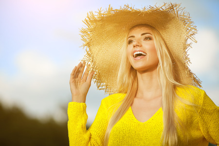 Zomervakantie en vakantie-concept, meisje staande op de hemel achtergrond