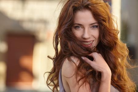 pelo largo: Hermosa mujer en las calles de la antigua ciudad italiana