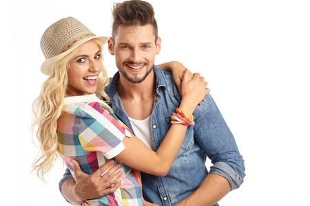 jovenes enamorados: Retrato de una bella joven sonriente pareja feliz - aislada