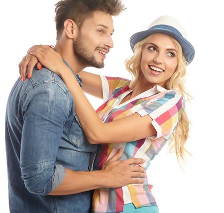 personas abrazadas: Retrato de una bella joven sonriente pareja feliz - aislada