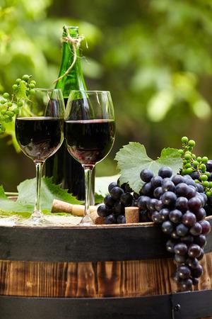 wine: botella de vino tinto y copa de vino en barrica wodden
