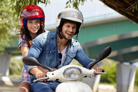 motorrad frau: Freundliche Paare Reiten vintage scooter Lizenzfreie Bilder