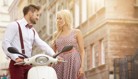 복고풍 스쿠터와 거리에서 부부 사랑