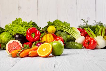 verduras verdes: Frutas y verduras en la mesa