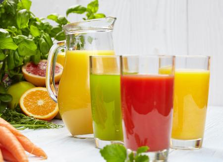 vaso de jugo: Varios jugos vegetales Recién para Detox Foto de archivo