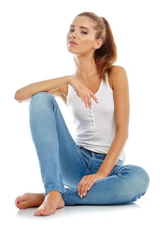 in jeans: Chica joven en pantalones vaqueros y una camiseta blanca