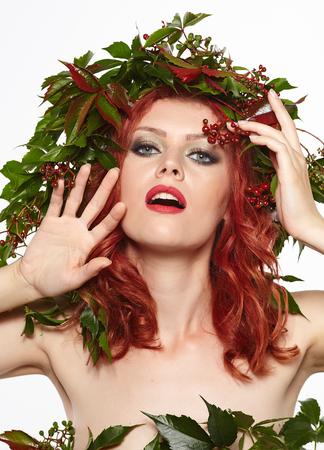 maquillaje de ojos: Mujer del otoño. Maquillaje hermoso aislado sobre fondo blanco