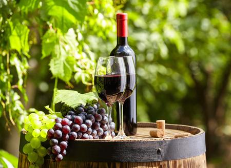 Oude houten vat met een glas rode wijn.