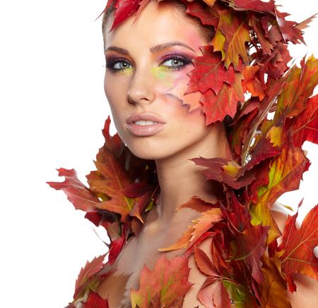 maquillaje de ojos: Retrato de la mujer del otoño con maquillaje creativo