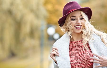 mujer elegante: Hermosa mujer elegante de pie en el otoño de parque