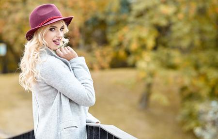 mujer elegante: Hermosa mujer elegante de pie en el oto�o de parque