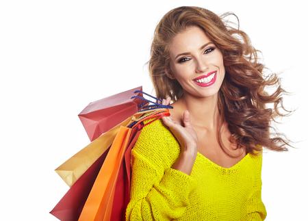 vrouwen: Winkelen vrouw bedrijf zakken, die op witte achtergrond studio Stockfoto