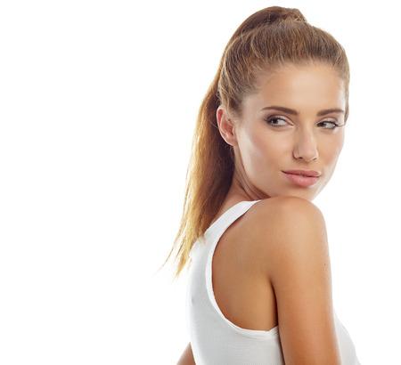 donna sexy: bella ragazza in jeans alla moda moda - isolata su bianco. Modella in posa nello studio di
