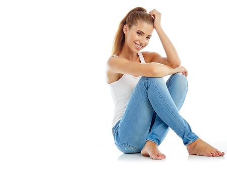 lleno: hermosa chica en pantalones vaqueros de moda con estilo - aislado en blanco. Modelo de manera que presenta en el estudio