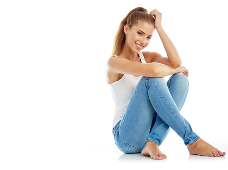 Mooi meisje in mode stijlvolle jeans - geïsoleerd op wit. Mannequin poseren in studio Stockfoto - 45588077
