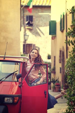 bocetos de personas: Mujer italiana de la vendimia en pequeña calle vieja de la ciudad