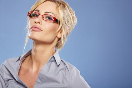 personas leyendo: Empresaria sonriente con gafas mirando a la cámara Foto de archivo