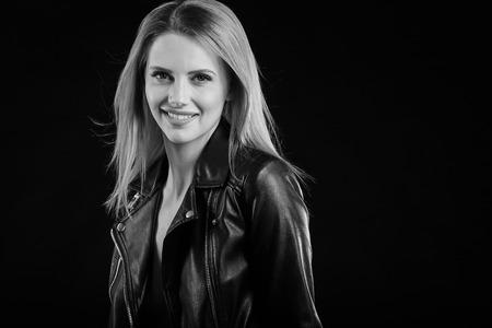 chaqueta: Foto de la moda en blanco y negro de la mujer hermosa con el pelo rizado lujoso en el elegante chaqueta posando en el estudio