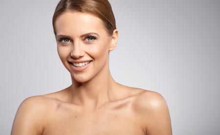 vejez feliz: Mujer hermosa con la piel fresca perfecta.