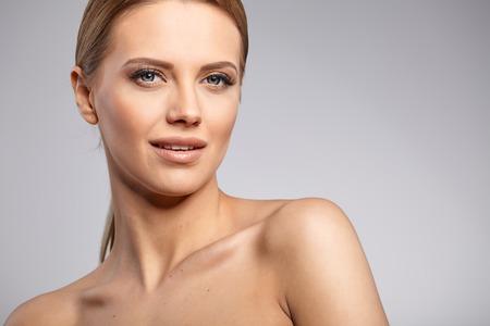 edad media: Mujer hermosa con la piel fresca perfecta.
