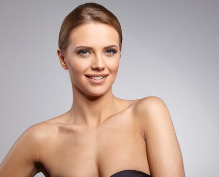 puro: Mujer hermosa con la piel fresca perfecta.