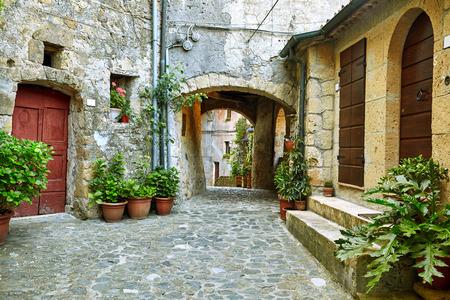 puertas antiguas: Encantadoras calles coloridas pequeña ciudad en la Toscana, Italia
