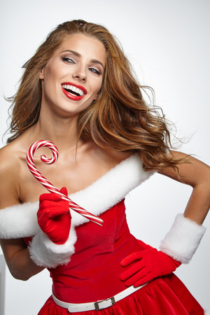 girl sexy: Retrato de la hermosa chica sexy vistiendo ropa de Papá Noel