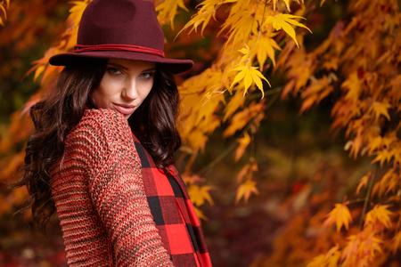 colorido: Hermosa mujer elegante de pie en un parque en otoño