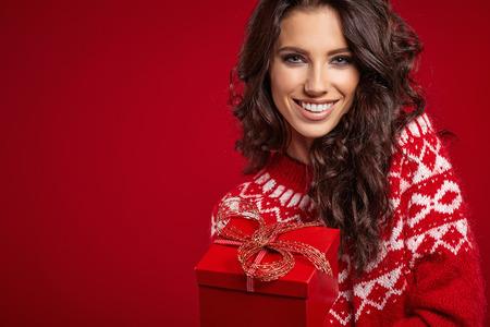 mujer: Mujer con caja de regalo de navidad