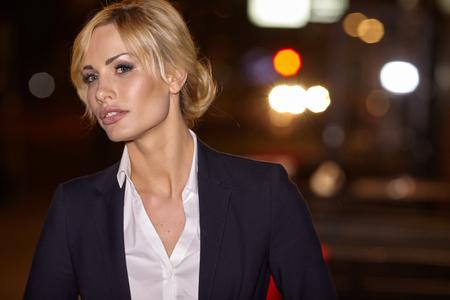 mujer elegante: Retrato Sexy chica rubia en las luces de la noche de la ciudad. Estilo de moda Vogue retrato de la joven mujer bonita hermosa