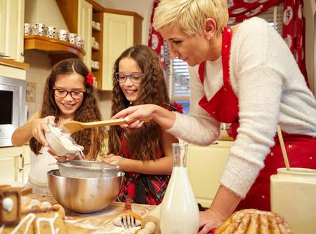 decoracion de pasteles: Familia preparación de pan de jengibre de Navidad en la cocina