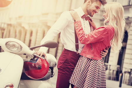 pareja enamorada: Joven pareja besándose en la calle