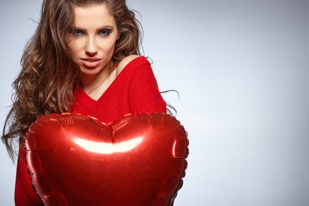 femme brune sexy: belle jeune femme avec un des ballons en forme de coeur