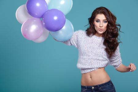 donna sexy: donna con palloncino pastello su uno sfondo blu