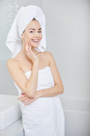 mujeres felices: Fresco joven envuelta en toallas después del baño, sonríe en la cámara