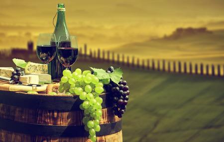 bouteille de vin: bouteille de vin rouge et un verre de vin sur le vieux canon.