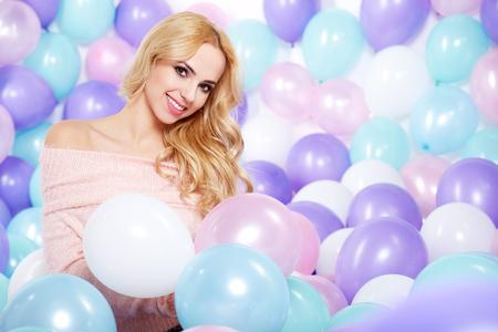 mooie vrouwen: Mooie vrouw met ballonnen Stockfoto