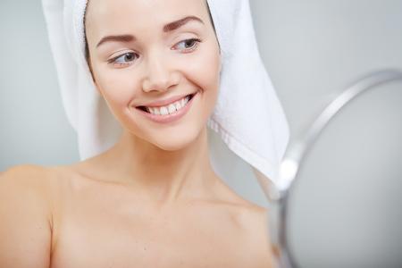 mirror?: frente a la joven y bella mujer sana y la reflexión en el espejo